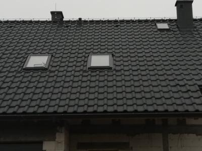 pokryty czarny dach 11