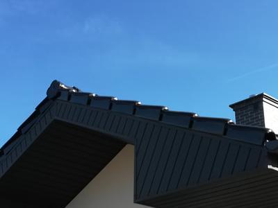 pokryty czarny dach 16