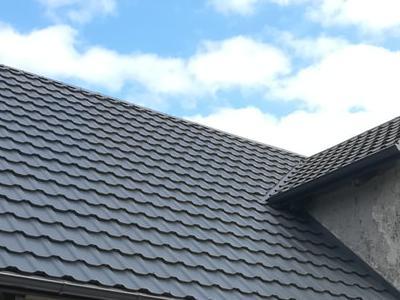 pokryty czarny dach 33