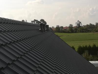 pokryty czarny dach 35
